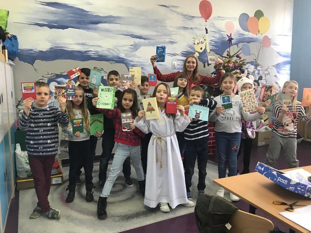 Uczniowie na zajęciach eTwinning z kartkami bożonarodzeniowymi wysyłanymi do dzieci z krajów biorących udział w projekcie.